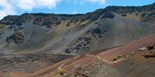 Haleakala-Krater mit Spuren in Nationalpark Haleakala auf Maui Stockfotografie