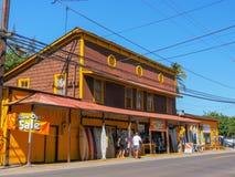 HALEIWA, СОЕДИНЕННЫЕ ШТАТЫ АМЕРИКИ - 12-ОЕ ЯНВАРЯ 2015: широкая съемка исторического магазина прибоя на северном береге Гавайских стоковое фото