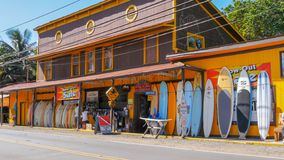 HALEIWA, LOS ESTADOS UNIDOS DE AMÉRICA - 12 DE ENERO DE 2015: tiro ancho de una tienda histórica de la resaca en el haleiwa en Ha imagenes de archivo