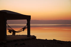 Сhalet på solnedgången, dött hav. arkivfoton