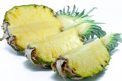 half ananas Ananasskiva på vit låter vara ananas Fullt djup av fältet Royaltyfria Foton