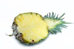 half ananas Ananasskiva på vit låter vara ananas Fullt djup av fältet Royaltyfri Foto
