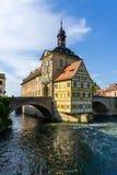 Half betimmerd stadhuis in Bamberg bij blauwe hemel Beieren Duitsland stock afbeeldingen