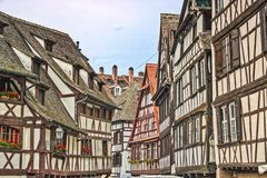 Half betimmerde huizen van de oude stad van Straatsburg stock foto's