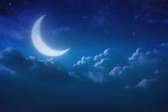 Half blauwe maan achter bewolkt op hemel en ster bij nacht outdoors Stock Afbeelding