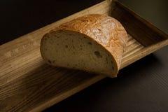 Half brood op de houten plaat Stock Afbeelding