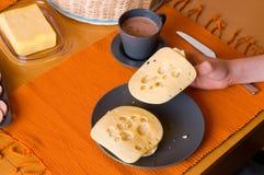 Half broodje met kaas stock afbeeldingen