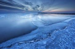 Half frozen großer See in der Dämmerung stockfotografie