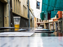 Half gebeëindigd bier op een koffielijst Royalty-vrije Stock Afbeelding