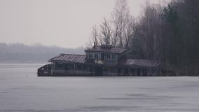 Half gedaalde rivieraak, in Tchernobyl, Pripyat, de Oekra?ne stock videobeelden