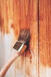 Half geschilderde houten raad stock afbeelding