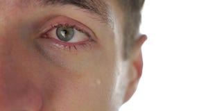 Half gezichtsportret die van de droevige mens met scheuren in oog bij geïsoleerde achtergrond schreeuwen Mens in wanhoop stock footage