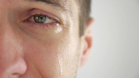 Half gezichtsportret die van de droevige mens met scheuren in oog schreeuwen Mens in wanhoop stock videobeelden