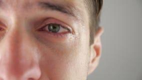 Half gezichtsportret die van de gedeprimeerde mens met scheuren in oog schreeuwen Mens in wanhoop stock videobeelden