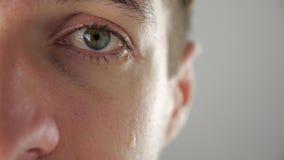 Half gezichtsportret die van de gedeprimeerde mens met scheuren in oog schreeuwen Mens in wanhoop stock footage