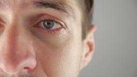 Half gezichtsportret die van de mens met scheuren in oog schreeuwen Mens in wanhoop stock footage