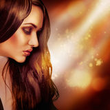 Half gezichtsportret van modieus brunette in studio Stock Afbeelding