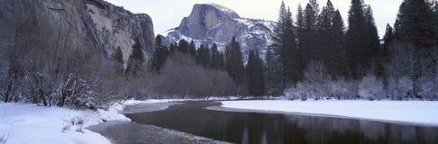 Half kupol och Merced flod i vinter Royaltyfria Foton