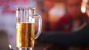 Half lege pint van bier in nadruk Sprekende kerels bij de achtergrond stock videobeelden
