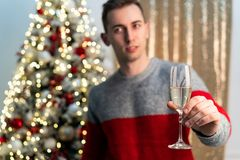 Half lengh portret van knappe kerel met champagne het roosteren aan het worden jaar royalty-vrije stock foto