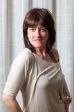 Half lengteportret van een vrij donkerbruine vrouw stock foto's