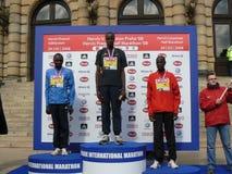 half maratonmedailists prague Arkivfoton