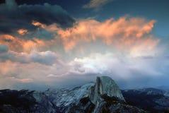 Half Noodlot onder stormachtige Zonsondergang stock afbeelding