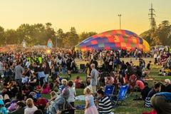 Half opgeblazen hete luchtballon in midden van reusachtige menigte stock foto