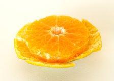 Half oranje fruit op witte achtergrond, vers en sappig Royalty-vrije Stock Afbeelding