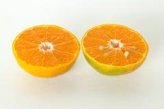 Half oranje fruit twee op witte achtergrond, vers en sappig Royalty-vrije Stock Afbeelding