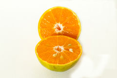 Half oranje fruit twee op witte achtergrond, vers en sappig Stock Afbeelding