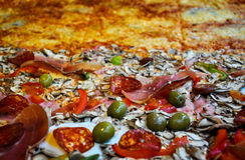 Half Vlees, Halve Veggie Pizza Stock Foto's