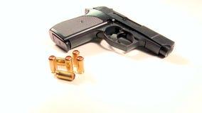 Halfautomatisch pistool met gouden teargaspatronen, schoonheid-schot stock videobeelden