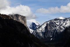 Halfdome med vit för blå himmel för snö fördunklar Yosemite Arkivbilder