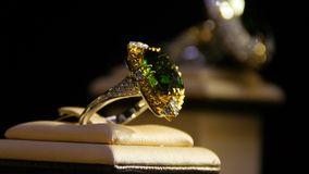 halfedelstenen Gouden ring met smaragd stock footage
