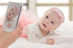 Halfjaarlijks oud Kaukasisch babymeisje Stock Afbeelding