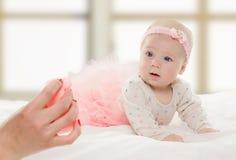 Halfjaarlijks oud Kaukasisch babymeisje Royalty-vrije Stock Foto's