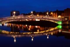 Halfpenny brug in Dublin bij nacht. Ierland Royalty-vrije Stock Afbeelding