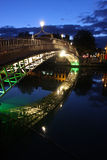 Halfpennybrücke auf dem Liffey, Dublin Stockbilder