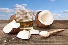 Halfs кокоса, опарника кокосового масла, кокоса шелушится на голубом cl Стоковые Изображения RF