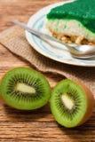 2 halfs плодоовощ кивиа перед зеленым тортом Стоковое Изображение RF