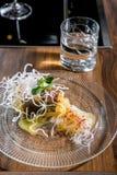 Halibut con los tallarines de la salsa y de arroz del mango Clase principal en la cocina El proceso de cocinar Paso a paso precep fotografía de archivo