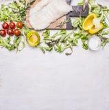 Halibut crudo sui pomodori di un tagliere, olio, fine rustica di legno di vista superiore del fondo delle spezie del pepe sul con Fotografie Stock Libere da Diritti