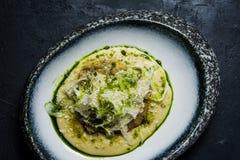 Halibuta stek z selerem, ciemny tło, odgórny widok zdjęcia stock