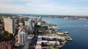 Halifax Kanada Flyg- sikt av staden med byggnader och den huvudsakliga floden av regionen stock video