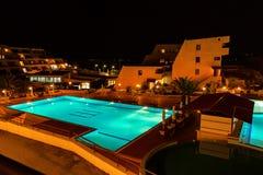 HALKIDIKI, GRECIA - CIRCA GIUGNO 2011: Stagno dell'hotel di Theoxenia alla notte Fotografie Stock Libere da Diritti