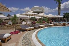 Halkidiki, vue de piscine de station de vacances d'hôtel de luxe de la Grèce Sani Photographie stock libre de droits