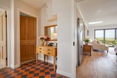 Hall à la maison de lobby d'entrée avec le plancher carrelé photos stock