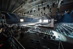 Hall с подиумом и строками стульев стоковые изображения rf