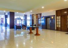 Hall с удобной софой в современной гостинице Стоковое Фото